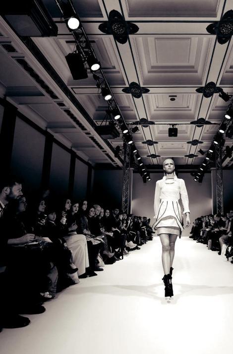 Durante a Semana de Moda de Londres, designers novos e experientes vão ao Freemasons' Hall em Covent Garden para promover suas coleções para uma audiência global de mídia de moda, compradores, celebridades e autoridades em estilo.