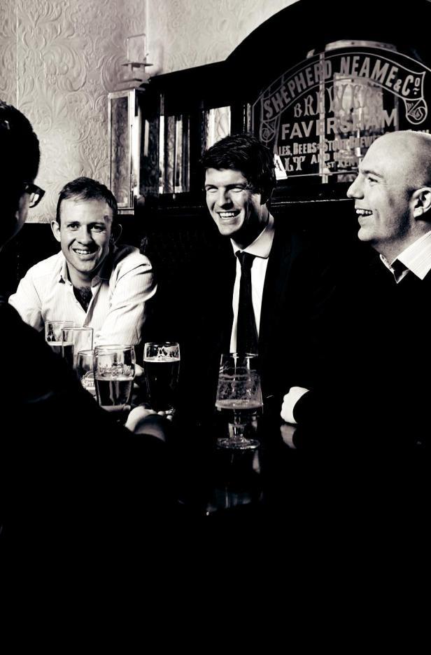 Guy Delmage (centro) é membro do Connaught Club, que incentiva jovens maçons a conhecer e conviver com pessoas que pensam da mesma forma e da mesma idade. O clube promove um piquenique anual no Lincoln's Inn Fields em Londres para amigos e familiares. Ele também se reúne mais informalmente a cada mês no bar local.