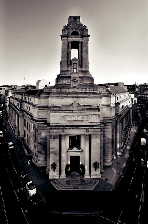 A Grande Loja Unida da Inglaterra é o órgão dirigente da Maçonaria na Inglaterra, País de Gales e as Ilhas do Canal. Construído em 1933, o Freemasons Hall é a sede da Grande Loja e é um exemplo clássico da arquitetura Art Deco, no coração de Covent Garden, em Londres.