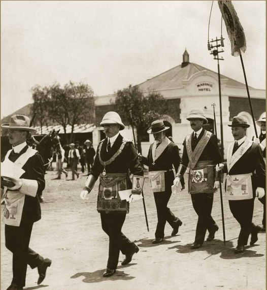O Duque de Connaught, GM da Maçonaria Inglesa liderando uma procissão maçônica em Bulawayo, Rodésia, 1910,