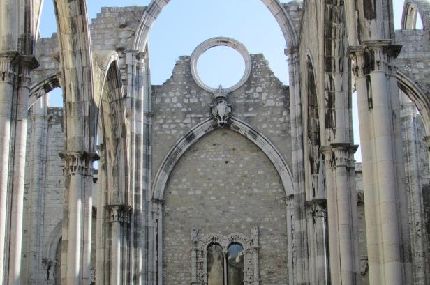 Museu do Carmo, em Lisboa. Foi parcialmente destruída no grande terremoto de 1755 e não foi reconstruída, perdendo o teto e transformada em museu.