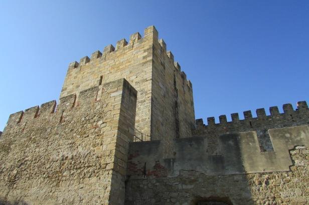 Torre do Castelo de São Jorge, construído inicialmente pelos Mouros e posteriormente pelos cristãos.